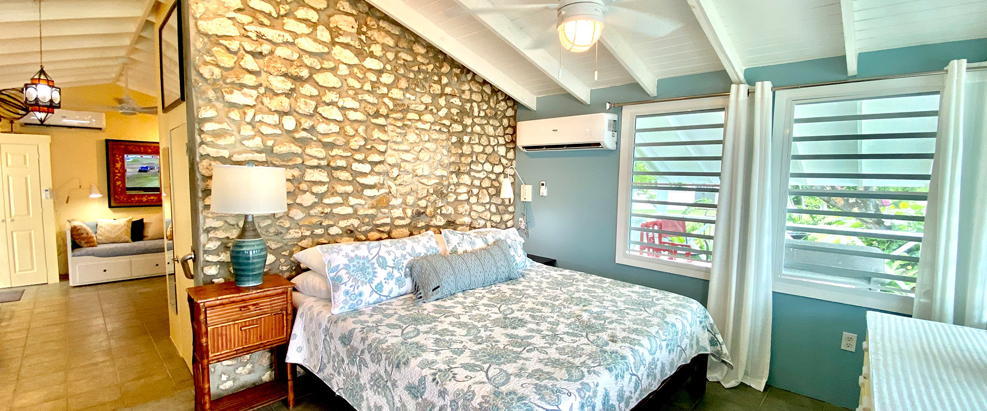 Charthouse---Front-of-Cottage-and-King-Bed